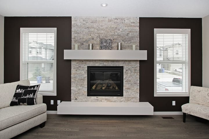 Affordable executive home in Chaparral Valley - Calgary - Hus