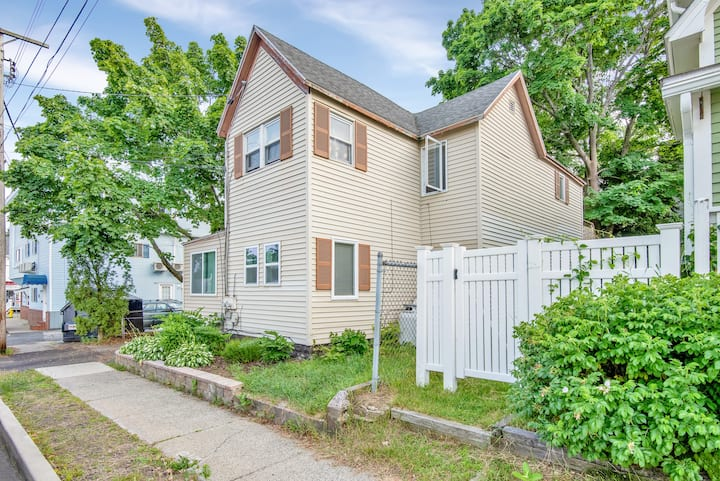 Old Orchard Beach Apartment. A 10 Minute Walk to The Beach!