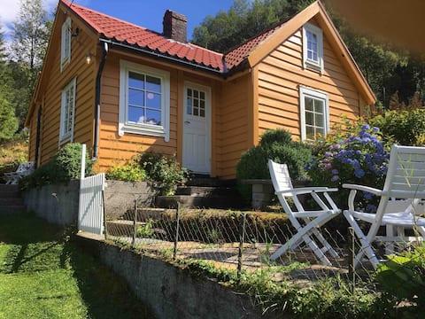 Landlig hus med egen strand, brygge og båt