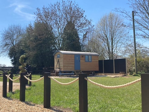 Luxury Shepherd Hut - Paultons Park & so much more