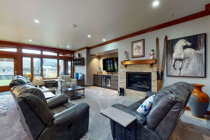 Ski-in/ski-out first-floor villa w/shared pool & hot tub/concierge services/WiFi