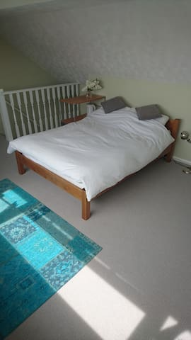 Private loft conversion with ensuite and seaviews - Southend-on-Sea - House