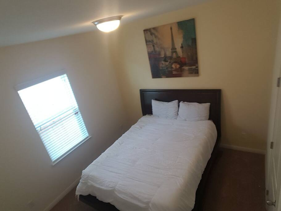 Queen bed (private guest room)