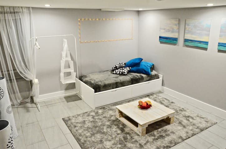 Cozy room for 1 guest in Basement, 2 min to subway