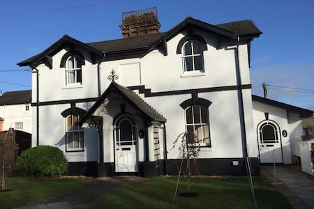 1 Grove House - Set between Pangbourne & Goring