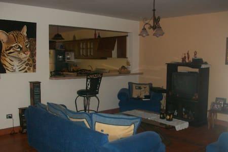 Private room, safe area. Cozy house - Cantón de Santo Domingo