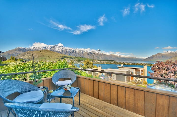 Remarkable Villa- Stunning Lake and Mountain Views