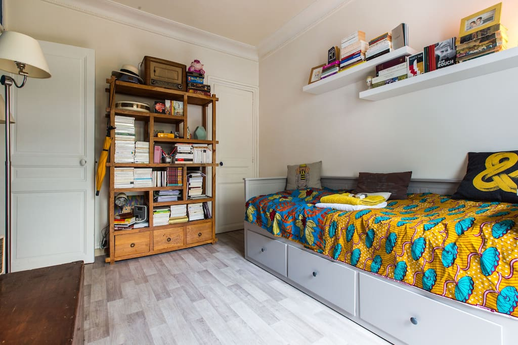 la chambre avec le lit banquette, en face la porte de la sdb