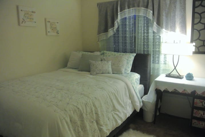 Queen size bed and private bathroom in quiet house - Brentwood - Huis
