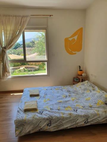 חדר שינה גדול, אם מיטה זוגית יחסית נמוכה. בצד יש נישה עם מזרון יחיד. ויש אפשרות להוסיף לול או עוד מזרונים.