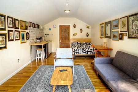 Beautiful, cozy, private, carriage house.