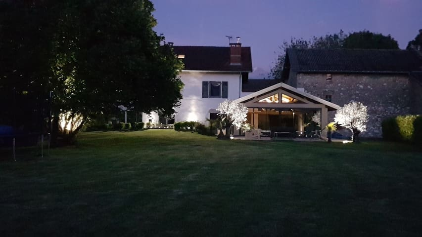 Grande maison avec piscine couverte