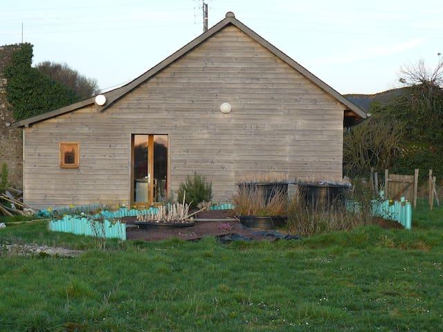Maisonnette construite en bottes de paille - Tressignaux - Hus