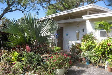 Tropical Oasis w/pool near beach - Cocoa Beach - Huis