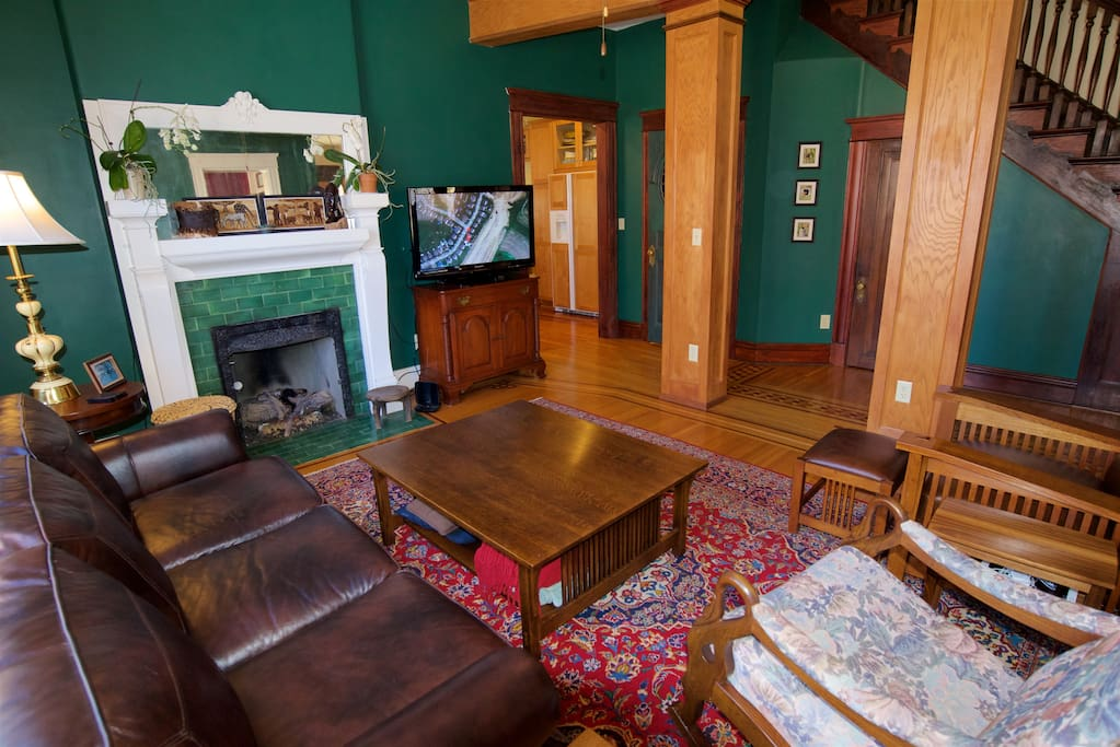 """Gas log fireplace, 40"""" TV, comfy leather couch!"""
