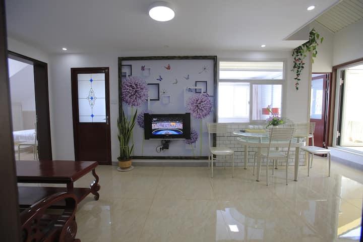 蓬莱市中心全新海景阳台套房,4间双人卧室,可入住1到8位交通便利,电梯房,房间整洁清新,家的感觉。