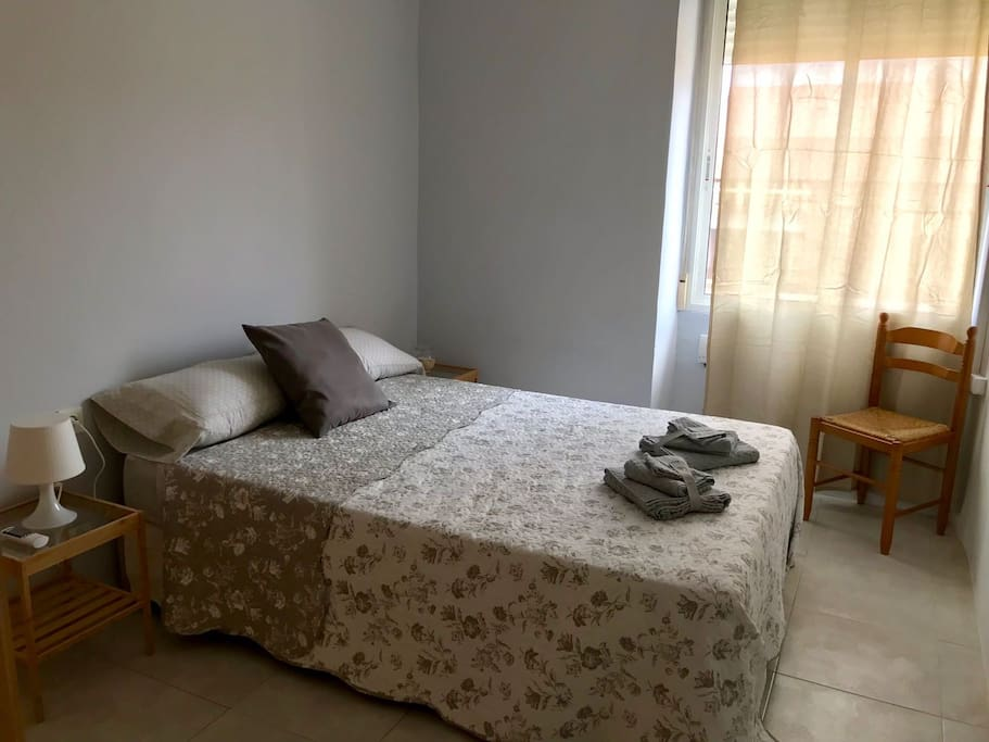 Dormitorio 1 (exterior, cama doble,aire acondicionado frio/calor, armario)