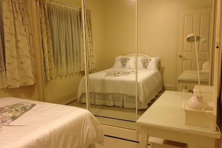 queen-size room(103) - Wavell Heights