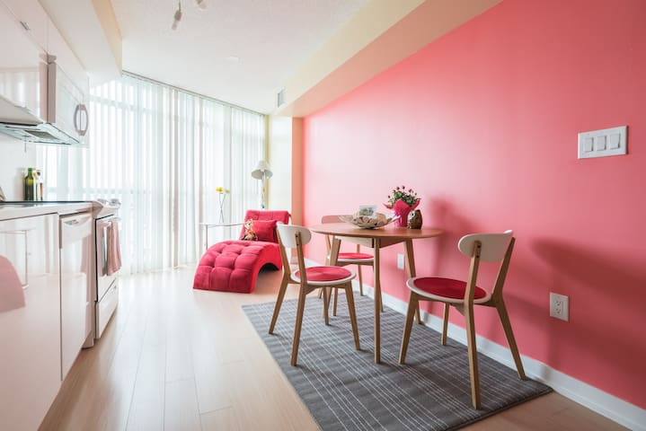 Couple's Cozy home in downtown Toronto w/ Parking