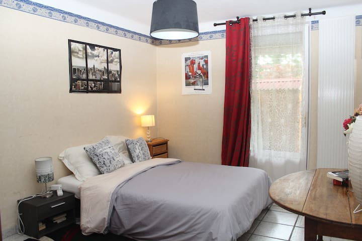 Chambre cosy donnant  sur un  jardin fleuri .