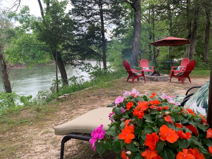 Cabin on the river, great river views, swim access
