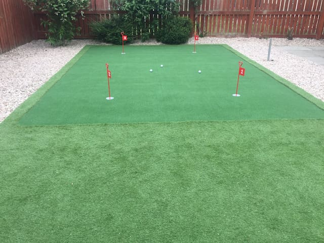 150yds to golf course with putting green in garden