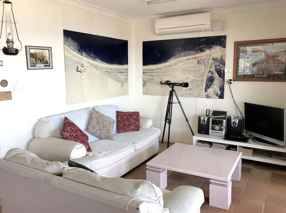 Comfy lounges, TV, dvd player, sound system ... and the ocean as a  backdrop!
