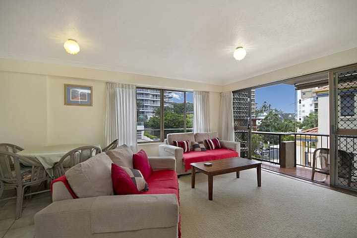 Cobden Court Unit 4 - 2 bedroom unit one street from the beach
