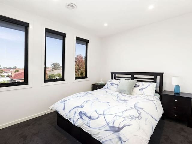 Private bedroom and bathroom close to the CBD