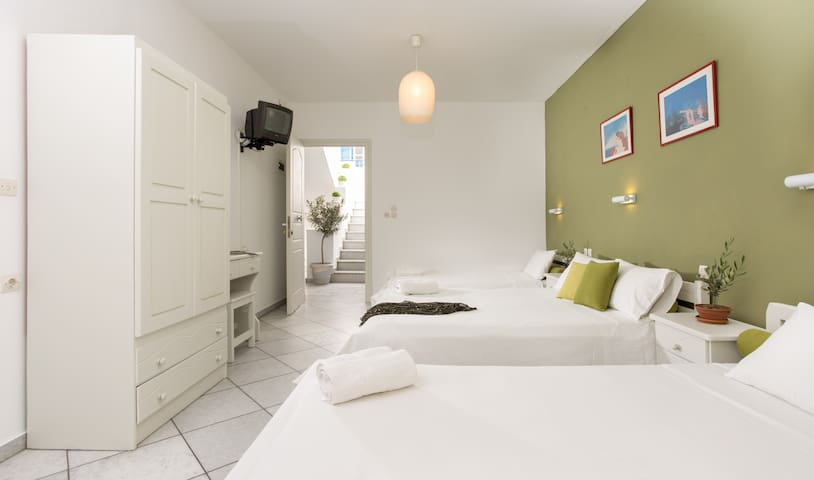 Eliastudios 3(4 guests/double bed,two single beds)