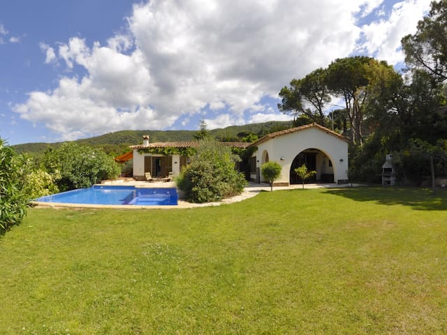 VILLA LOS PINOS, AVEC PISCINE PRIVÉE, GRAND JARDIN, WIFI, PARKING