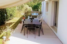 terrasse équipée mobilier de jardin et barbecue. voile d'ombrage