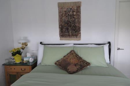 Highview Bed& Breakfast Green Room