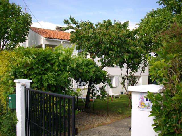 Saujon: appartement sur jardin