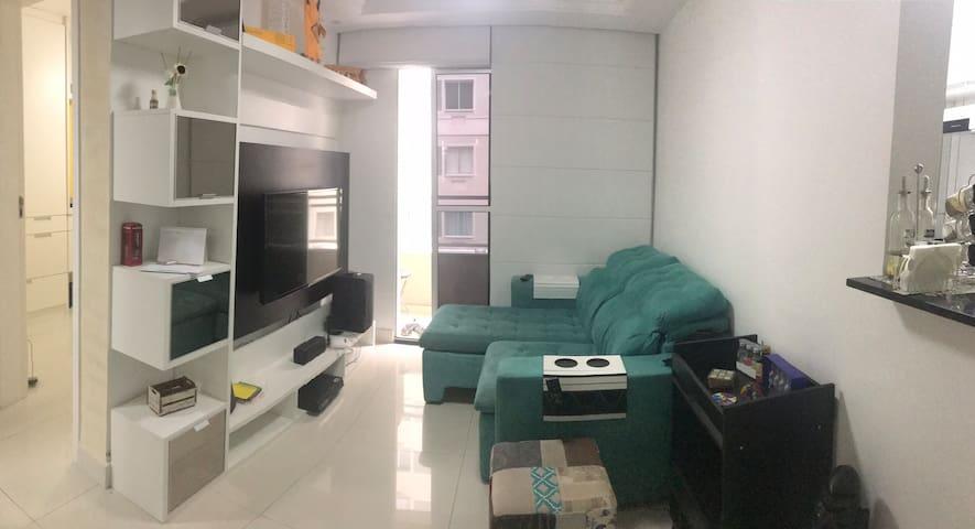 Excelente quarto em apto no R. Comprido