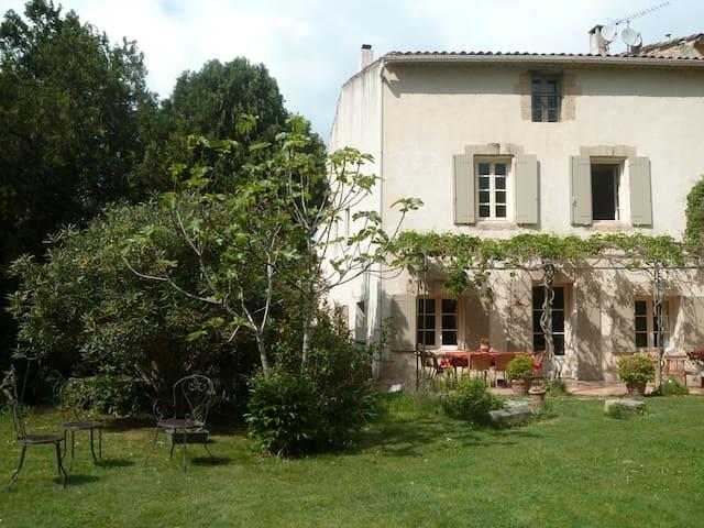 Maison de village, grand jardin, au calme - Alleins - Dom
