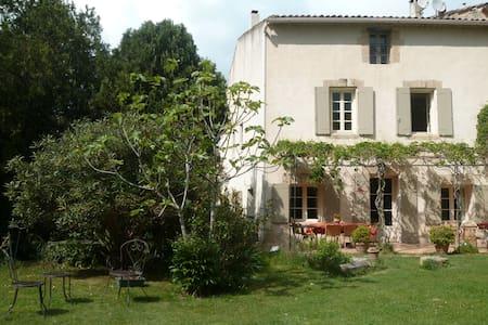 Maison de village, grand jardin, au calme - Alleins - House