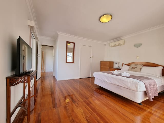 One Bedroom with Queen size bed, Aircon / Heat Pump, Freeview TV channels, and a spacious walk-in wardrobe for storage. Close to the Airport.