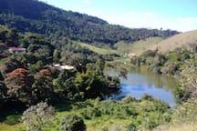 Entorno da região, represa do morro grande ao fundo, onde se encontra a casa, em condomínio fechado.