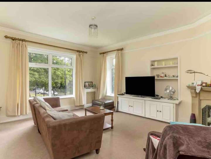 Otley apartment king size bedrooms with parking.