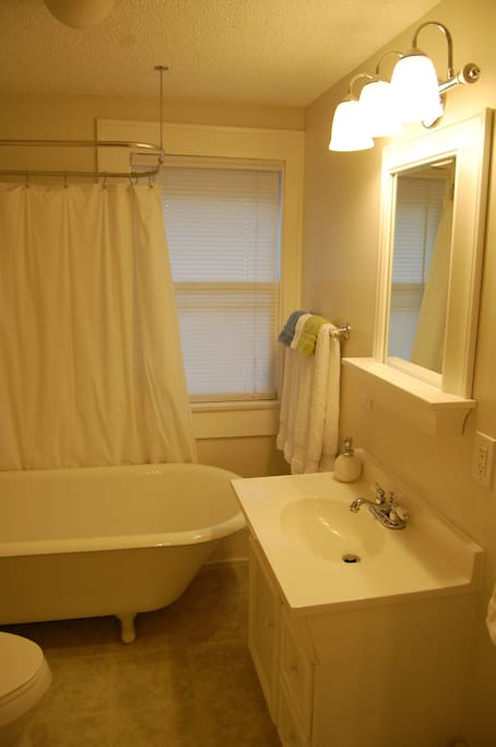 Queen rooms share this bathroom if both are rented