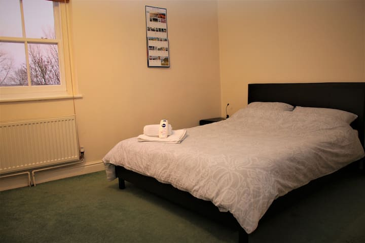 Ideal city centre location! (large room)