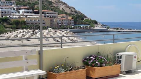 Studio sa balkonom i pogledom na plažu na krovu.