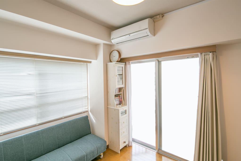 採光好的大窗戶/bright light from the big window