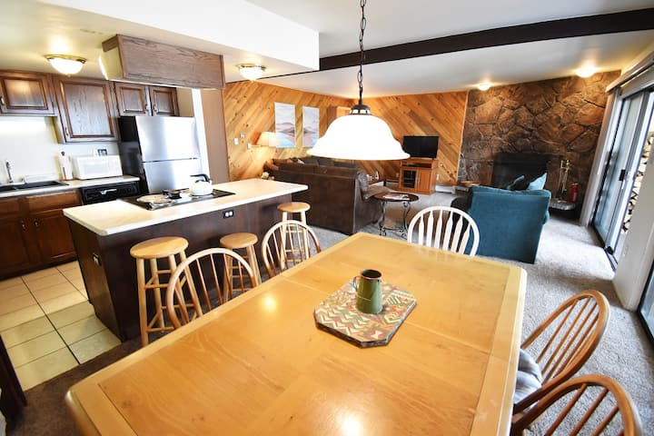 Pet Friendly. Big Deck, Views. Walk to Rec Path, Dining. Easy Drive to Slopes