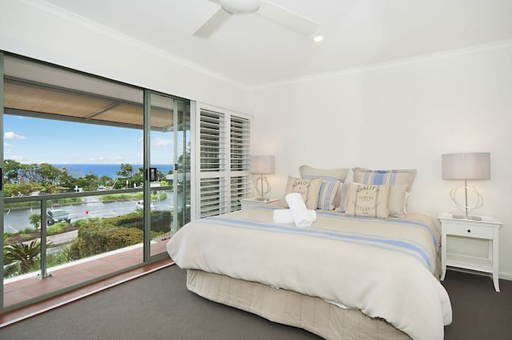 SUPERB STAYS - James Cook 8 (Ocean view with Pool)