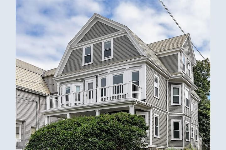 Large private room/mins from Davis, across Tufts