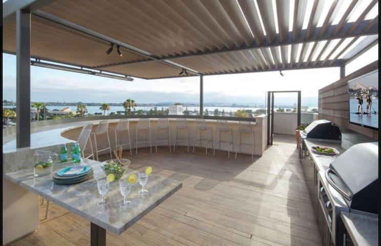 Loft APT w/ Roof Top Pool in Heart of Downtown SD