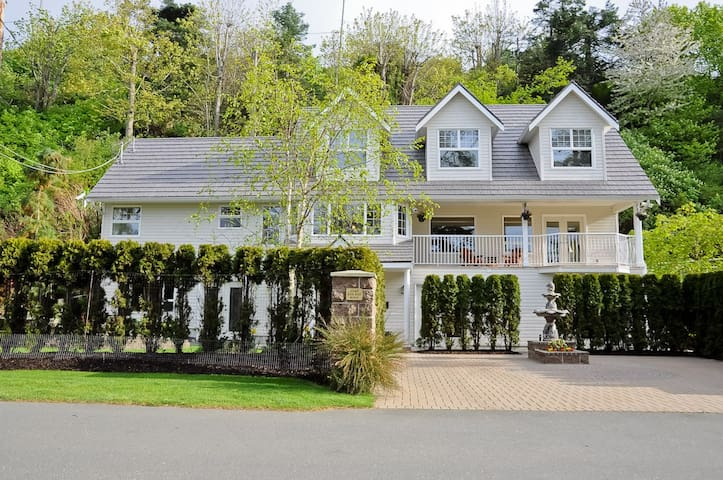 Grand Suite at Kye Bay B&B - Comox - Bed & Breakfast