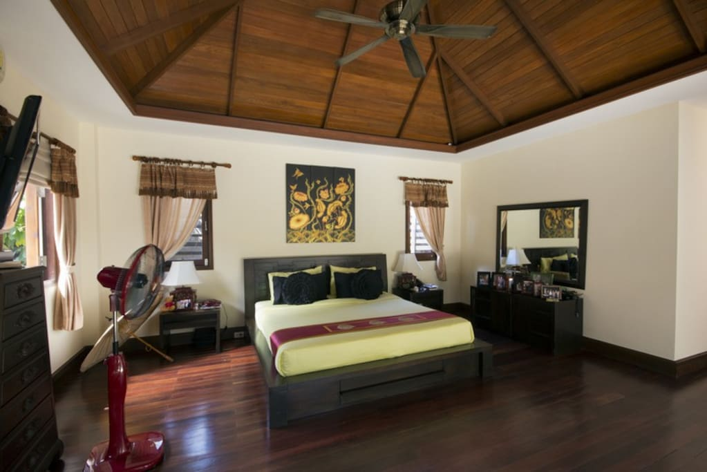 The master bedroom is very large with cable TV, dressing room and ensuite bathroom including a jacuzzi.